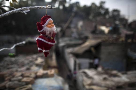 A Santa Claus figurine hangs from a tree ahead of Christmas in a Christian slum in Islamabad December 24, 2014. REUTERS/Zohra Bensemra (PAKISTAN - Tags: SOCIETY RELIGION)